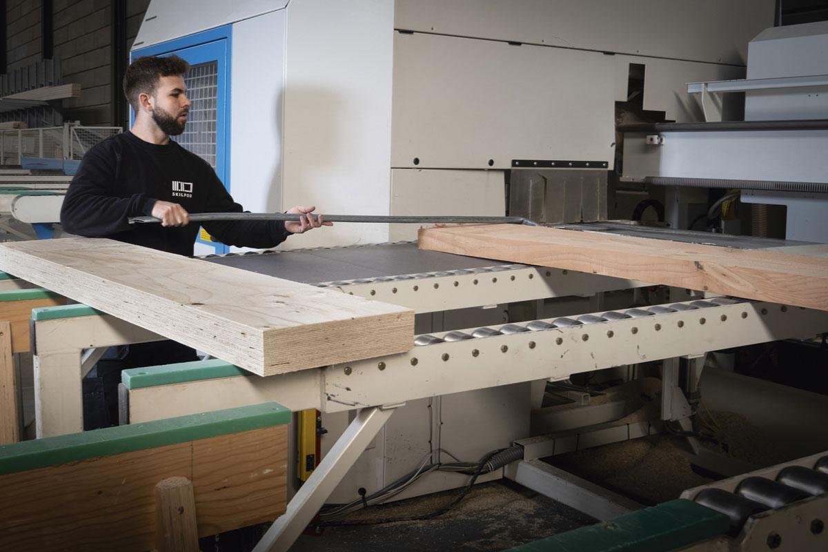 """1 Hout is het basismateriaal Hout is het basismateriaal voor de productie van de woningen van Skilpod. Voor het kader en het frame van de vloeren, de wanden en de daken werkt het bedrijf met houten balken die zijn opgebouwd uit heel dunne vellen fineerhout. """"Door die lagen krijg je een uitzonderlijk sterk constructiehout"""", duidt oprichter en zaakvoerder Filip Timmermans. Daarnaast gebruikt Skilpod spaanplaten van houtvezel """"zonder schadelijke stoffen en met een minimum aan lijm""""., FOTOGRAFIE WOUTER RAWOENS"""