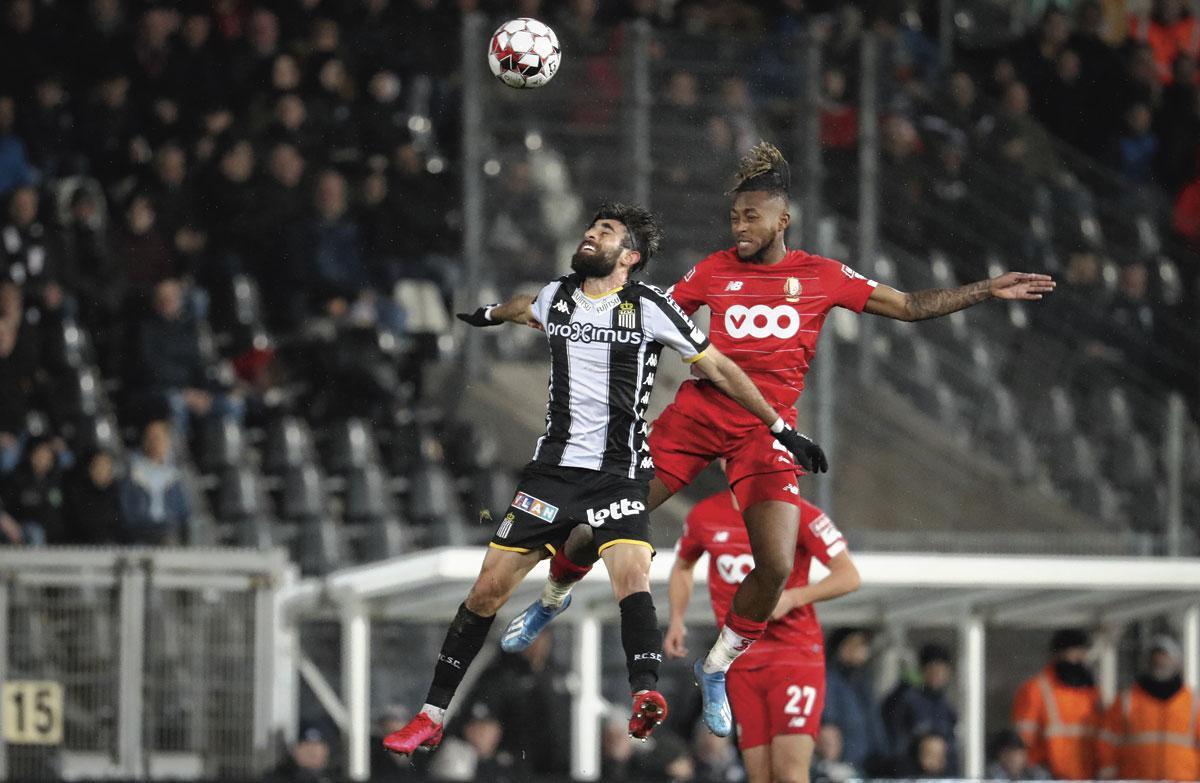 Duel aérien entre Samuel Bastien et Kaveh Rezaei. Les Zèbres auront le dernier mot lors du derby wallon., BELGAIMAGE