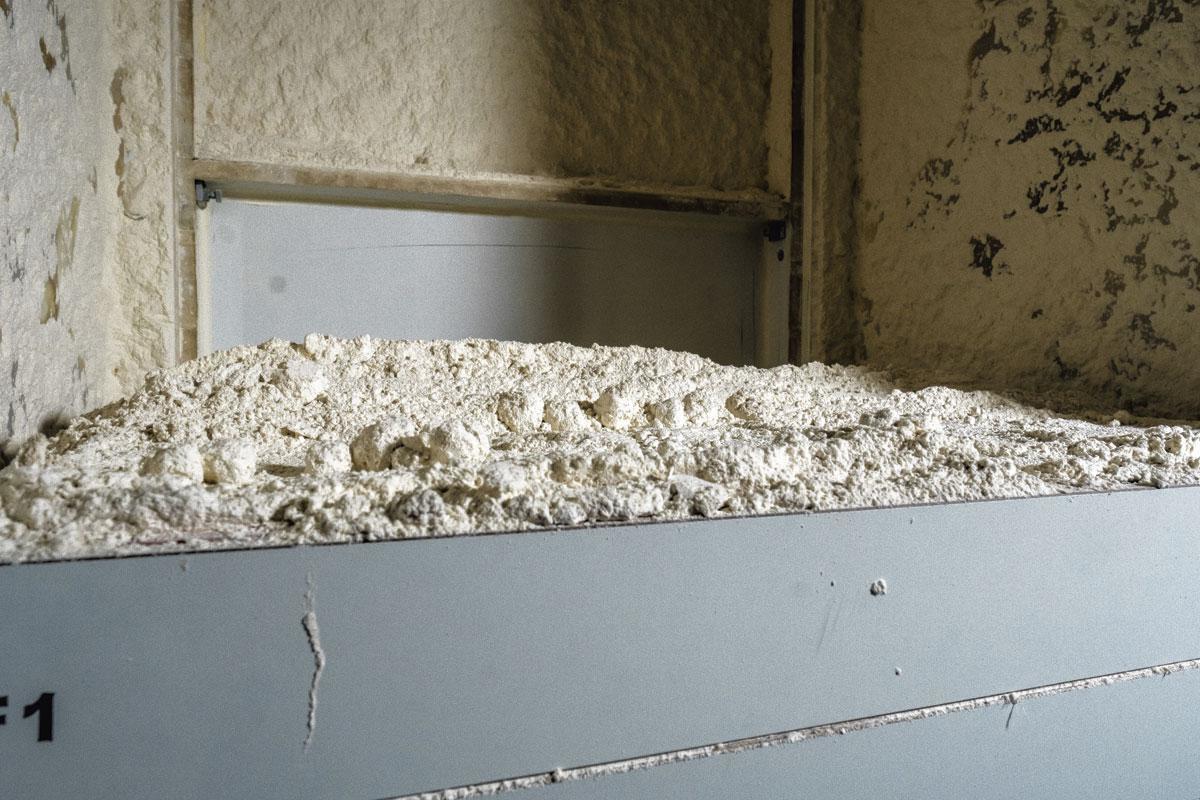 2. La meunerie Le blé est moulu pour obtenir de la farine. La minoterie compte sept niveaux et de nombreux moulins. C'est le départ de la fabrication du bioéthanol et de ses coproduits. Le bioéthanol, une alternative aux carburants fossiles, est effectivement produit par la fermentation de la biomasse (ici le blé) qui contient du sucre et de l'amidon., Wouter Rawoens
