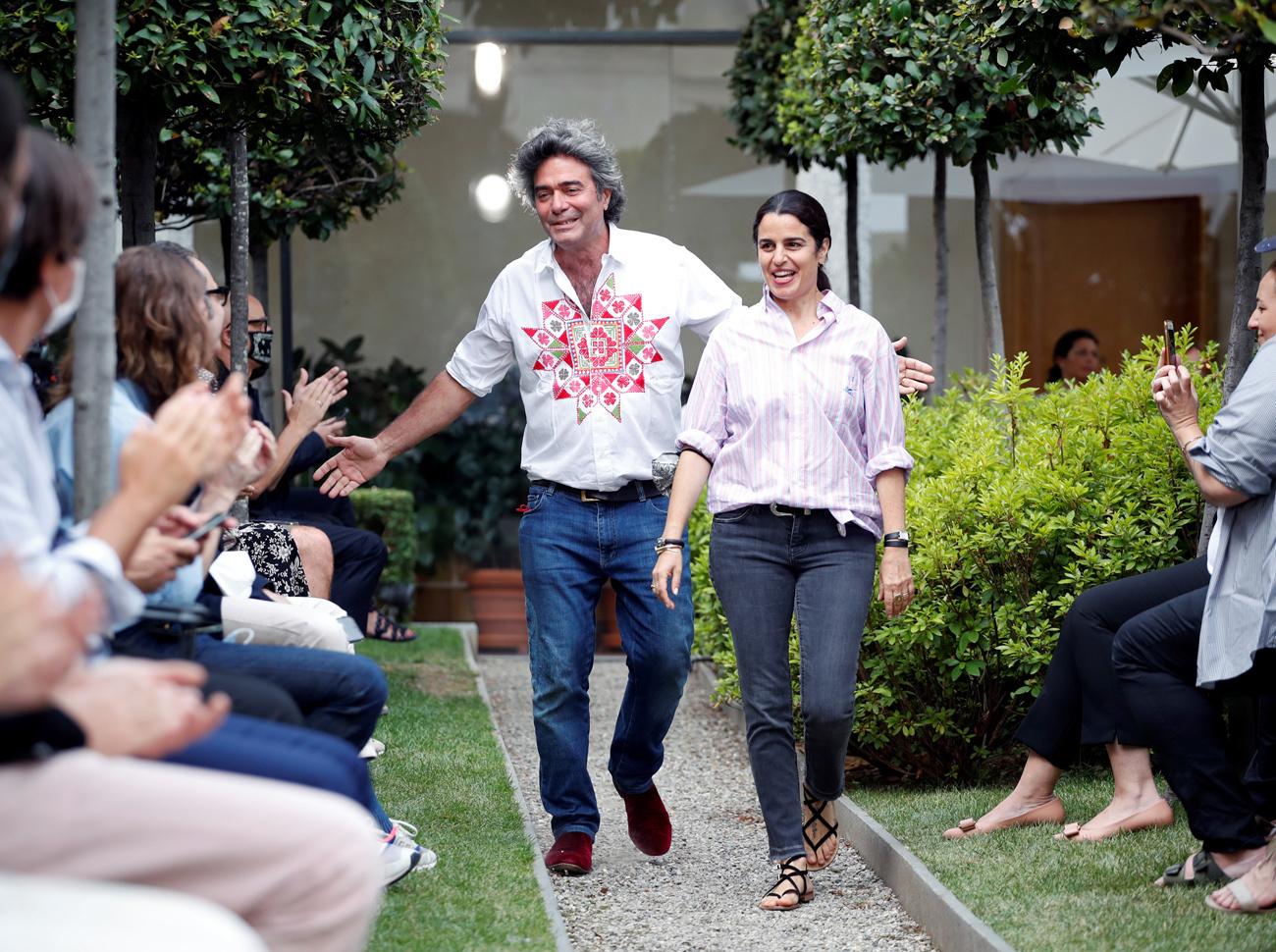 Les designers Kean et Veronica Etro à la fin du défilé printemps / été 2021 à Milan, Reuters