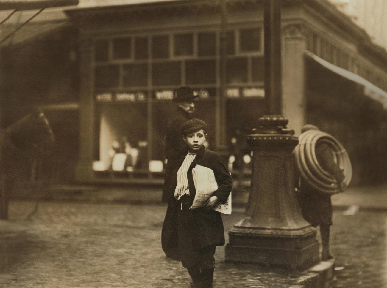 Jeune marchand de journaux, au coin d'Olive et de la 6e rue, St. Louis, Missouri, USA, photographié par Lewis Hine., Lewis Hine for National Child Labor Committee, Getty Images