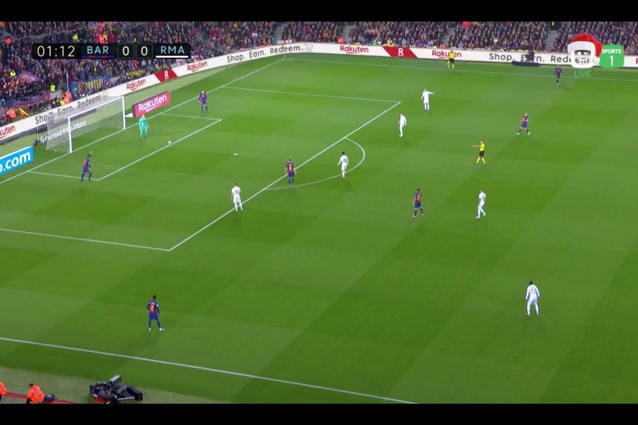 Met vier à vijf spelers verhindert Real de korte opbouw van Barcelona., Play Sports