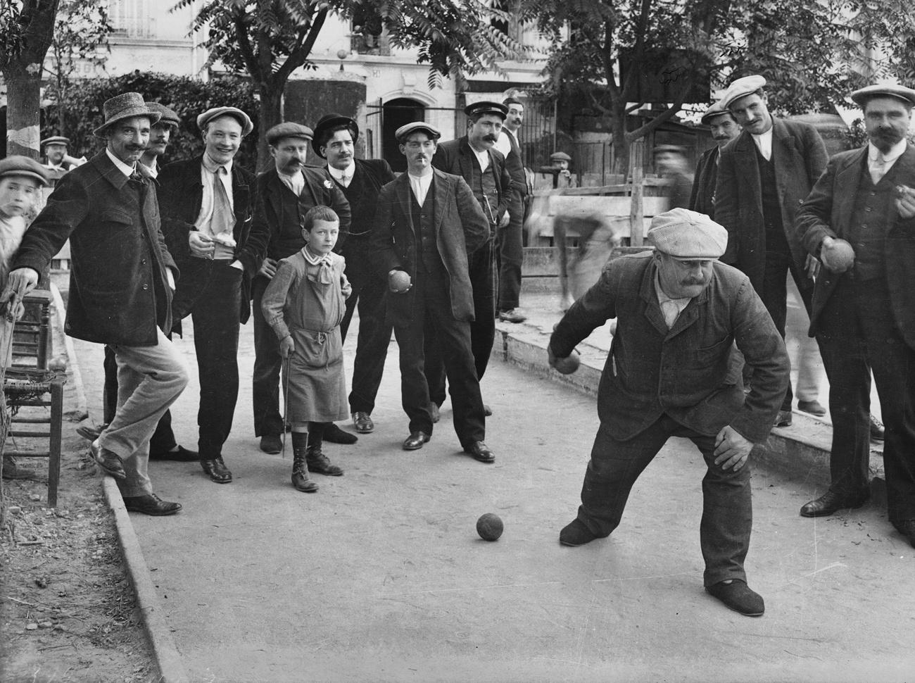 Partie de pétanque, à Paris, en 1900, dans la rue Olivier de Serres, Getty Images