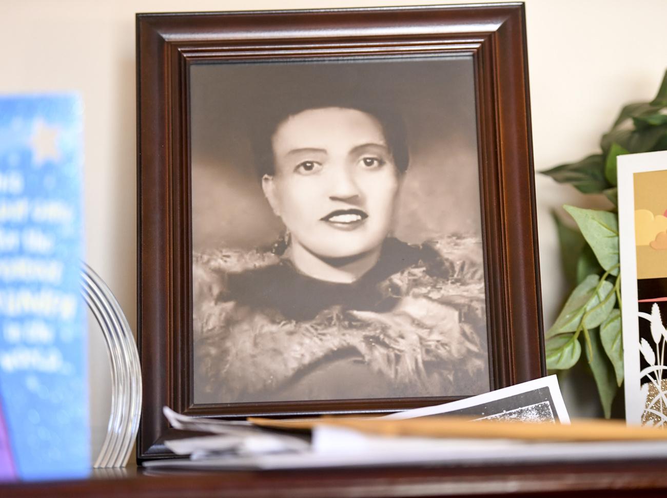 En 1951, Henrietta Lacks, 31 ans, est morte d'un cancer du col de l'utérus à l'hôpital Johns Hopkins à Baltimore. Lors des tentatives de la soigner, des cellules de sa tumeur avaient été prélevées et transmises à un chercheur sans qu'elle n'en sache rien. Celui-ci a vite réalisé que ses cellules, rebaptisées cellules HeLa, avaient des qualités extraordinaires: elles pouvaient être cultivées in vitro, soit hors du corps humain, et se multiplier à l'infini., Getty Images