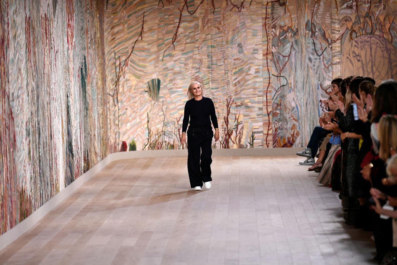 Défilé Dior à Paris, le 5 juillet 2021 dans le décor brodé imaginé l'artiste Eva Jospin, Belga Images