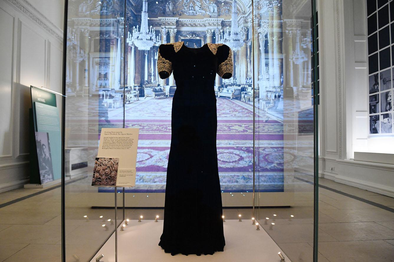 Une robe de la reine Elizabeth dessinée par Norman Hartnell, AFP