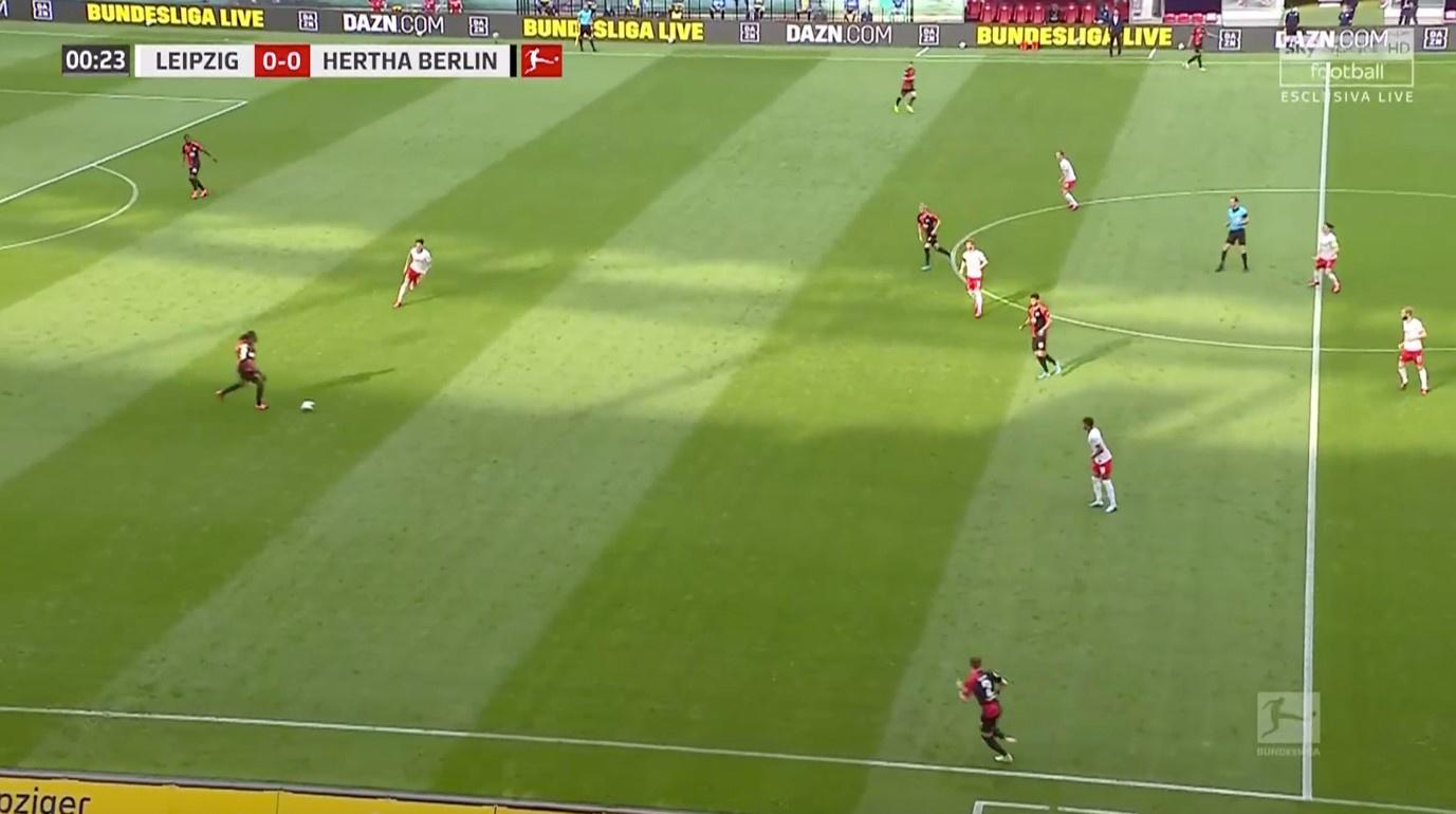Het blok van Leipzig staat dit seizoen, hier tegen Hertha, een stuk lager dan voorheen. De pressing zit nu wat verfijnder in elkaar., Sky Sports