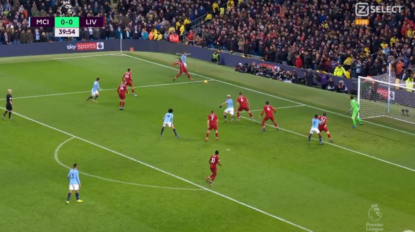 Het typische beeld van een voorzet van Manchester City. Dicht bij de achterlijn, dicht bij het strafschopgebied van de tegenstander en meestal laag., Ziggo