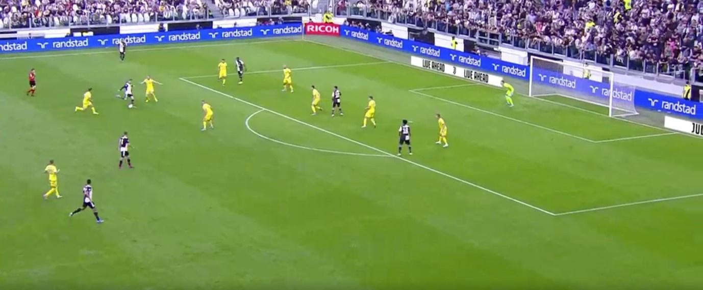 Een typisch schot van Ronaldo begin dit seizoen, hier tegen Verona. Van ver en met veel tegenstanders tussen hem en de goal., Serie A