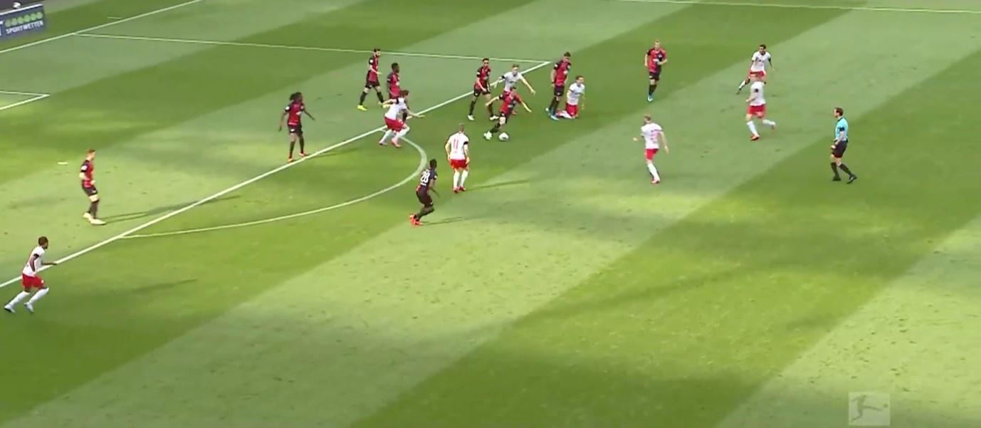 Na balverlies op de helft van Hertha, zetten 5 spelers van Leipzig meteen druk op de man in balbezit., Sky Sports