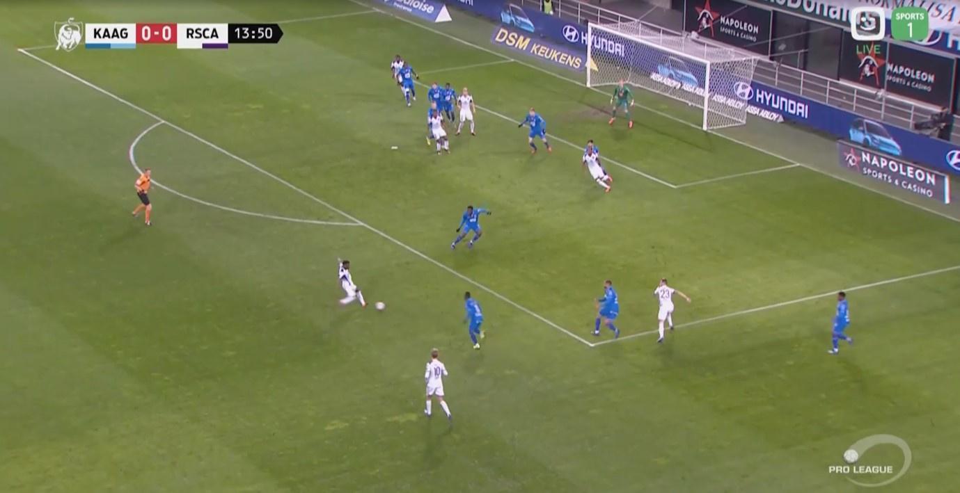 Anderlecht speelt kort waardoor een 3vs3 situatie ontstaat, uiteindelijk zet een vierde speler voor en heeft de Gentse mandekking Colassin uit het oog verloren., Redactie