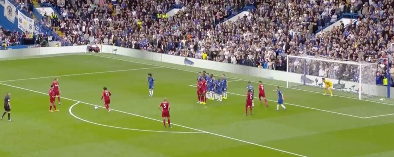 Liverpool zet 2 spelers schuin voor de muur, Alexander-Arnold trapt binnen in de hoek waar Kepa staat. Die zag niet wat er gebeurde., Redactie