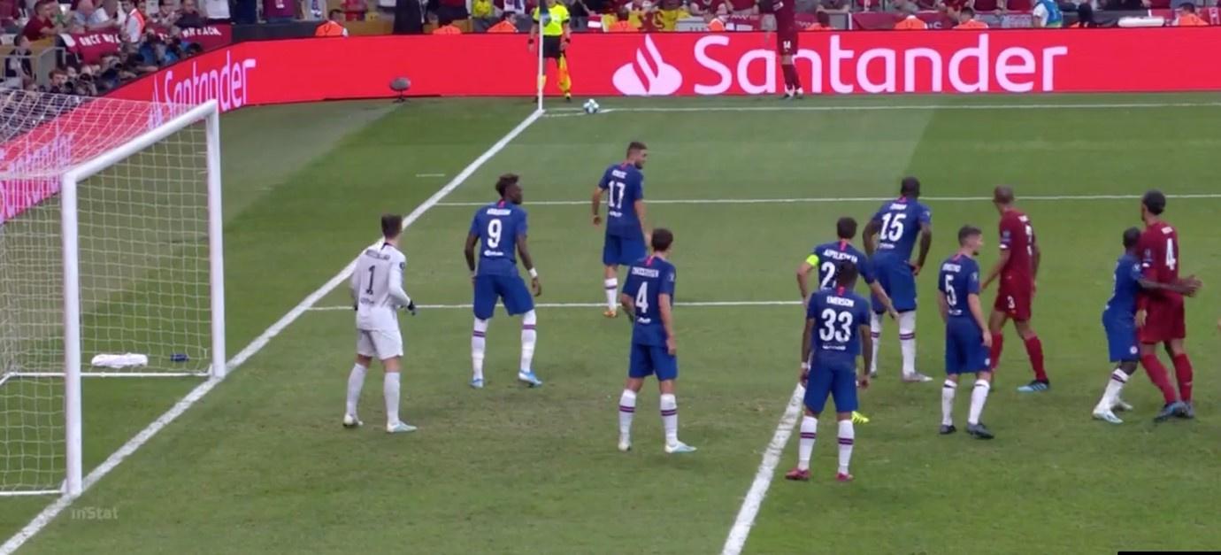 Kanté probeert Van Dijk af te blokken (rechts in beeld), Redactie