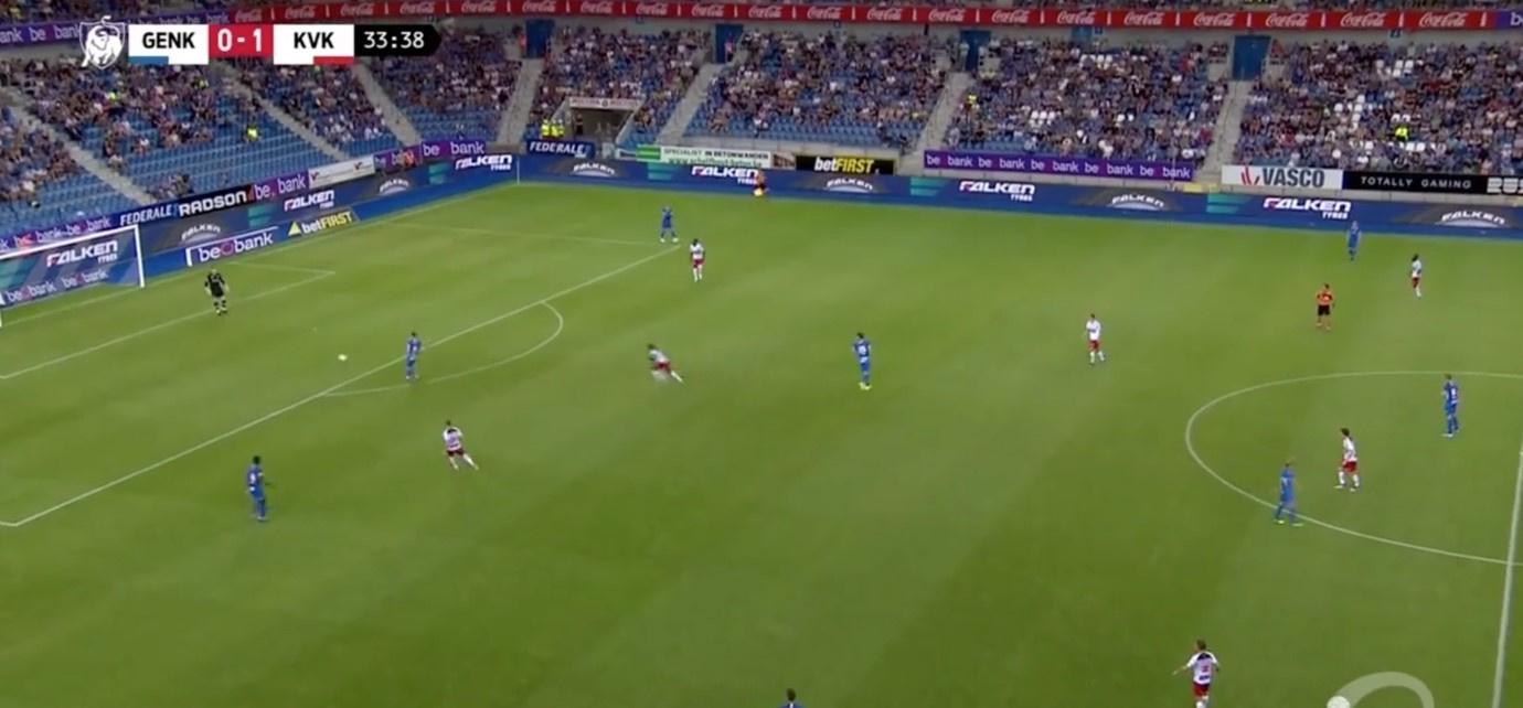 Een klassiek voorbeeld van een uittrap van een doelman voor de regelverandering, hier Vukovic en Genk tegen Kortrijk., Play Sports