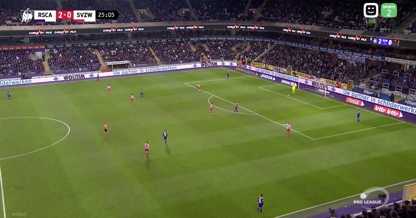 Dankzij de nieuwe regels mogen de verdedigers van Anderlecht wel in het strafschopgebied van Van Crombrugge komen bij een uittrap, terwijl de aanvallers van Zulte Waregem minstens 9,15m verder moeten wachten., Play Sports