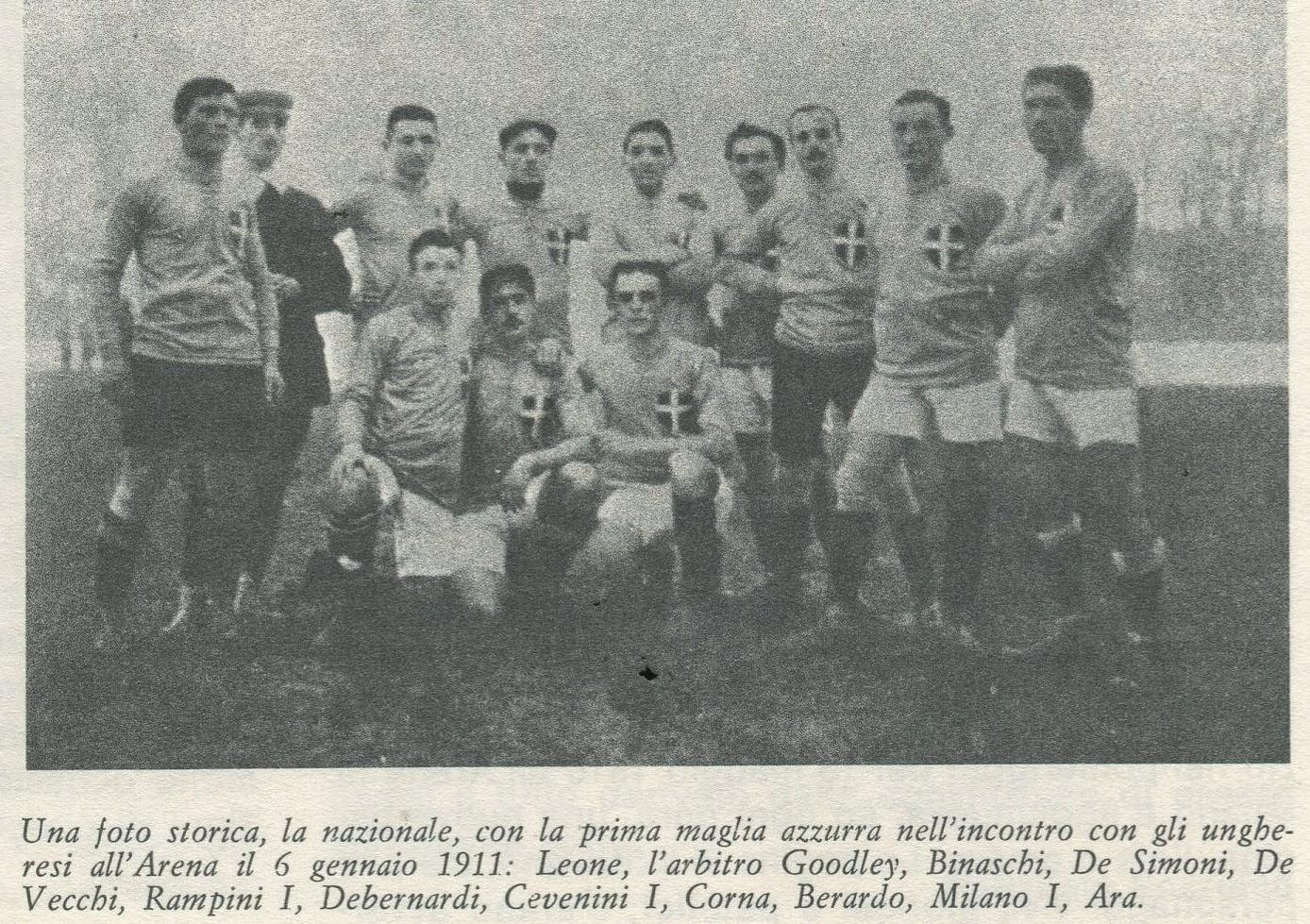 De Italiaanse nationale ploeg in 1911 voor de strijd tegen Hongarije. Voor het eerst met de blauwe truitjes. Let ook op de witte broeken en het duidelijke Savoie-kruis op de borst, Il Libro Azzurro del Calcio Italiano