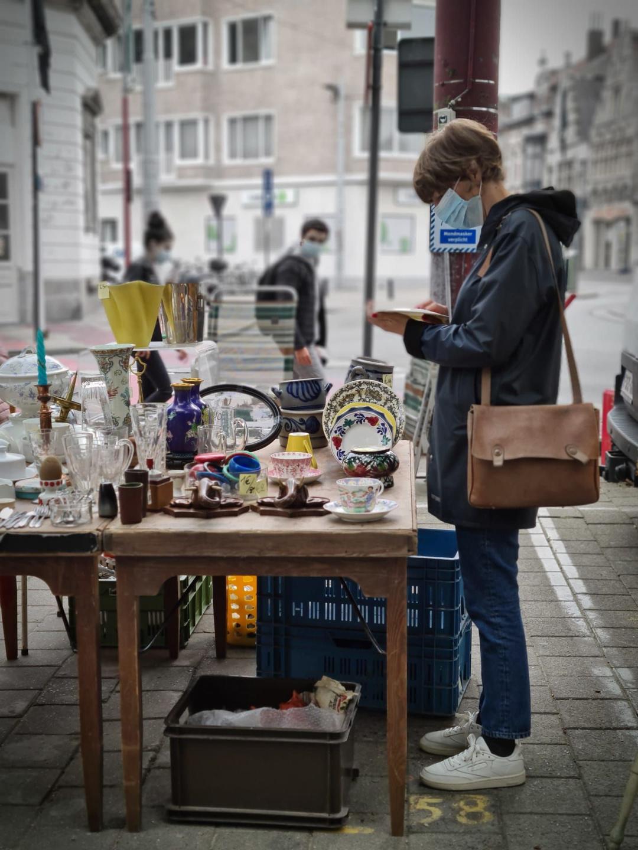 L'ambiance populaire du marché aux puces Bij Sint-Jacobs, JC