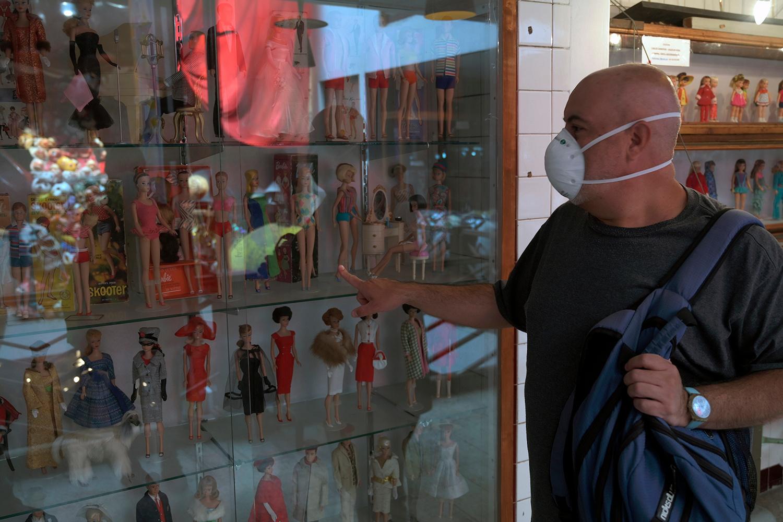Carlos Sandoval montre une partie de sa collection de Barbie au Museum of the Old Mexican Toy à Mexico City., ALFREDO ESTRELLA / AFP