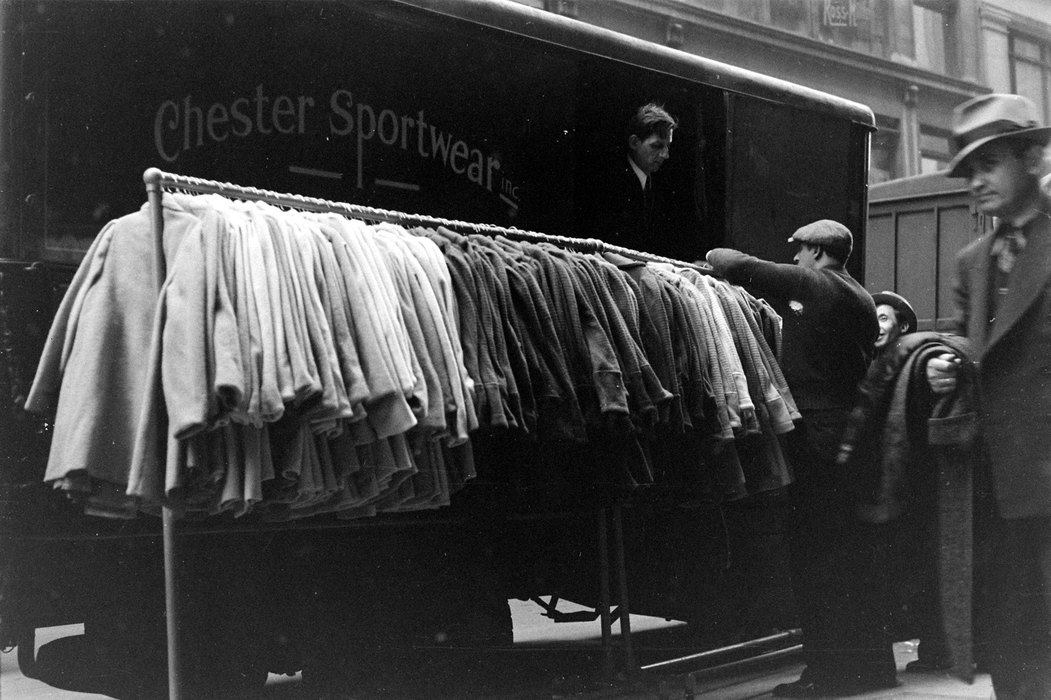 Un portant de vêtements sortant des ateliers de Garment District en 1938, Getty Images