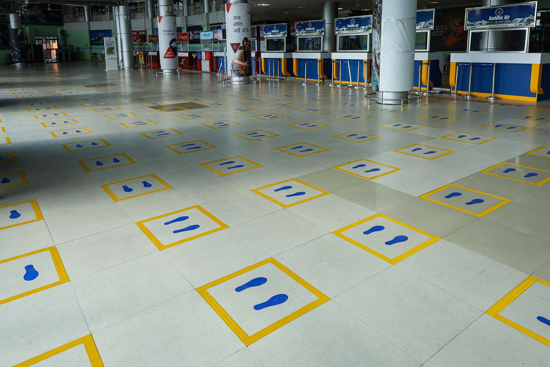 La distanciation sociale rendue visible à l'aéroport de Kathmandou au Népal, Getty Images