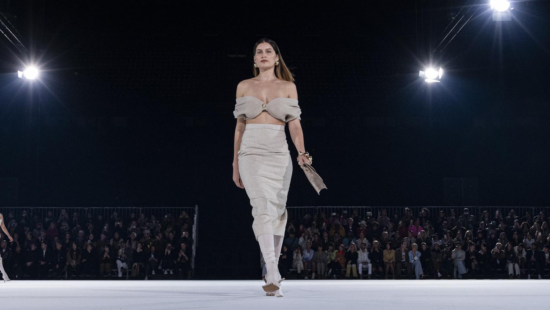 Bustier en lin porté par Laetitia Casta pour Jacquemus, en janvier 2020, Getty Images