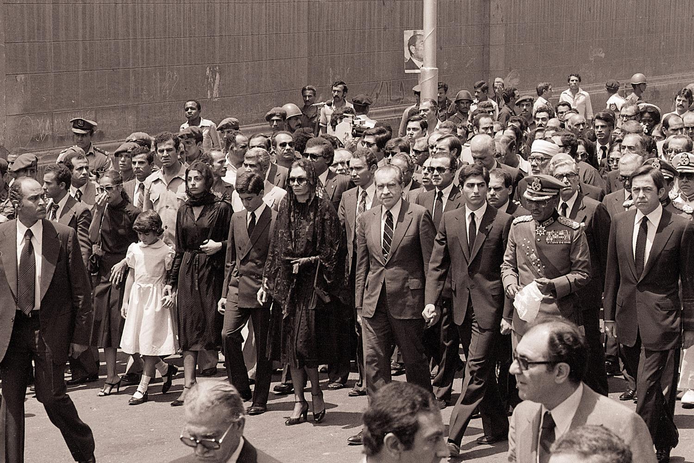 Derrière le chef de l'Etat égyptien, l'ex-famille impériale, des représentants de familles royales déchues (l'ex-roi Constantin de Grèce, le prince Victor-Emmanuel de Savoie) et plusieurs milliers de soldats égyptiens. Parmi les invités, l'ancien président américain Richard Nixon. Aucun chef d'Etat n'a fait le déplacement, Getty Images