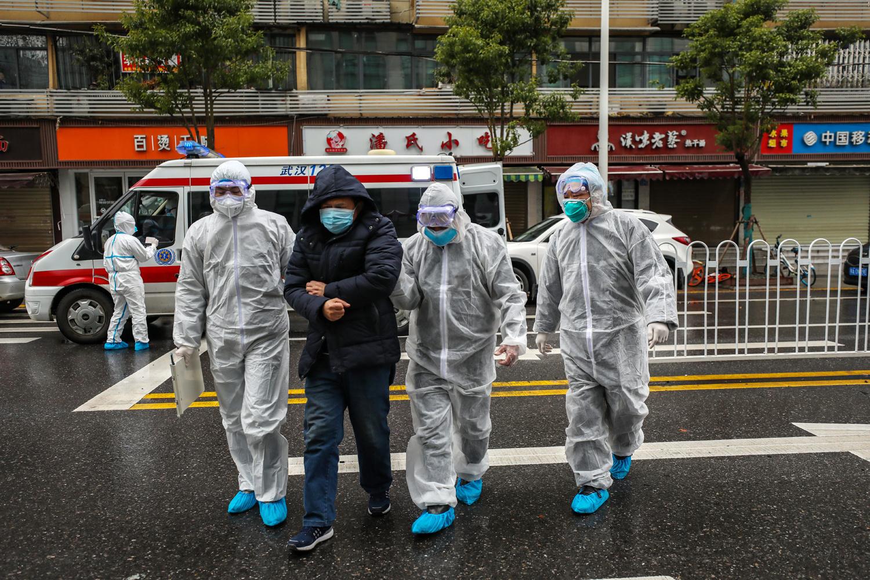 Patient atteint du coronavirus, encadré par une équipe médicale, province de Wuhan, le 26 janvier 2020, Getty Images