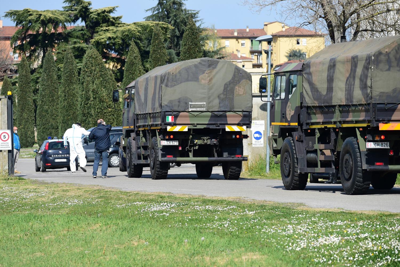 Camions militaires transportant des cercueil de Bologne à Bergame, AFP