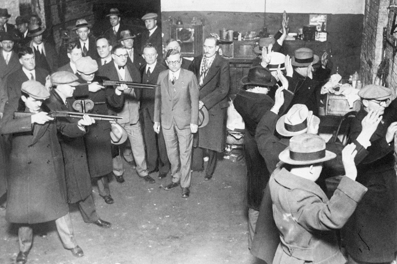 Les autorités de Chicago reconstituent le massacre de la Saint-Valentin, le plus atroce de l'histoire de Chicago, qui a été planifié dans la résidence de Al Capone en Floride., NY Daily News Archive via Getty Images