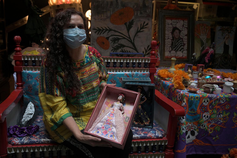La collectionneuse Zoila Muntané pose avec une Barbie Catrina, ALFREDO ESTRELLA / AFP