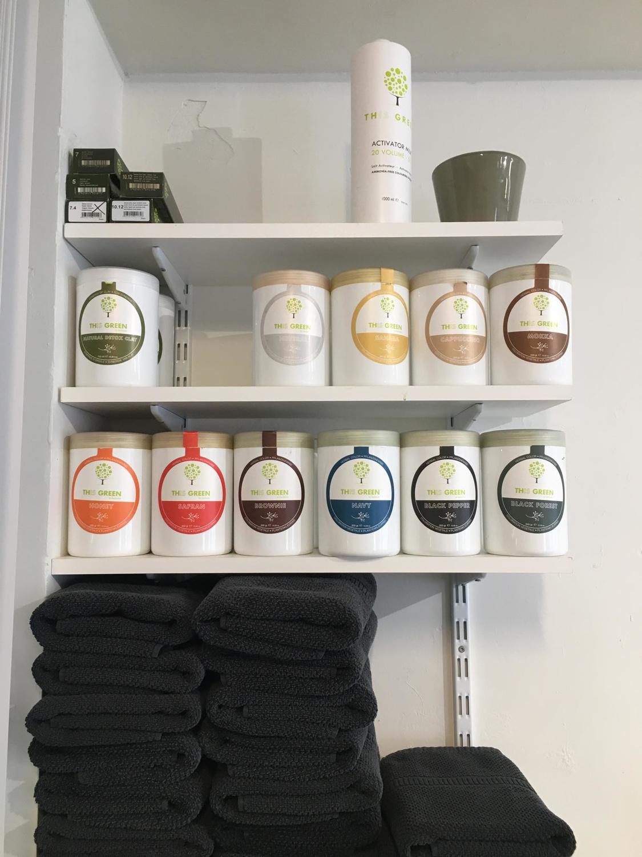 Les différentes poudres colorantes disposées sur une étagère au sein du salon de coiffure végétale, Julie Nicosia