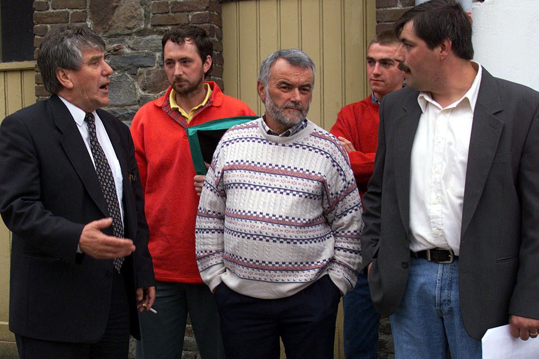Manifestation des agriculteurs au meeting du PSC à Bastogne en 1999. Lutgen, alors ministre, parlemente avec la délégation du Front vers, venu exposé ses problème., Belga