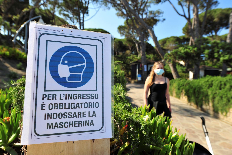 Masque de rigueur sur la plage de Punta Ala en Italie, Reuters