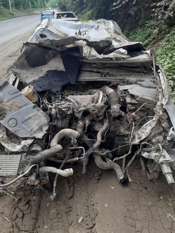 Forêt-Trooz: carcasse de voiture complètement broyée, sur la route longeant la Vesdre, par la force des eaux due aux inondations!, DSS