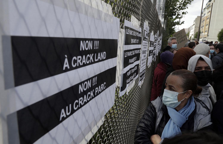 Habitants du quartier Stalingrad manifestant contre la présence de crackers dans leur quartier, et notamment dans le jardin d'Eole, le 19 mai 2021, Paris, Getty Images