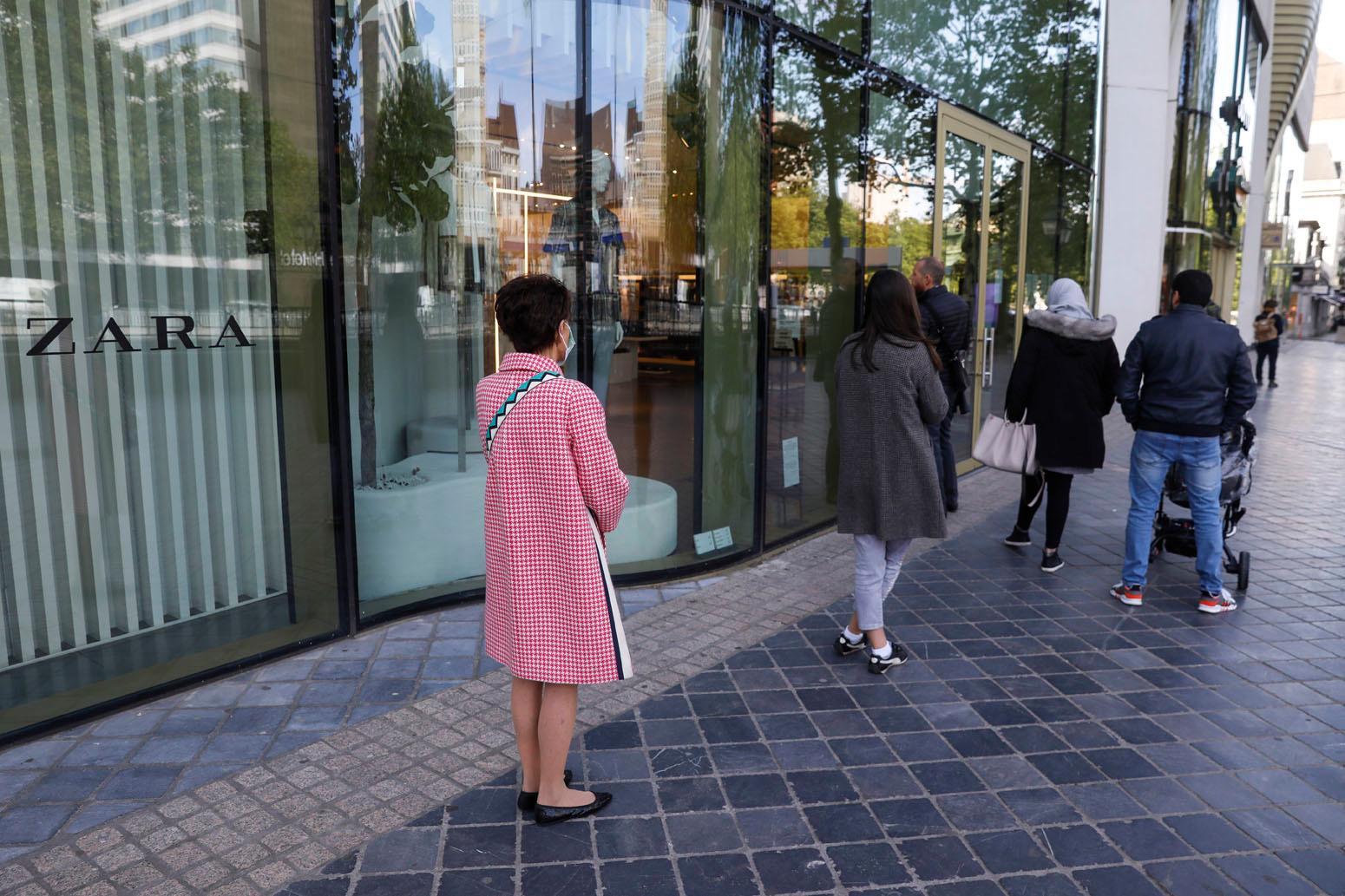 Devant une enseigne de fast fashion, le 11 mai 2020, Belga Images