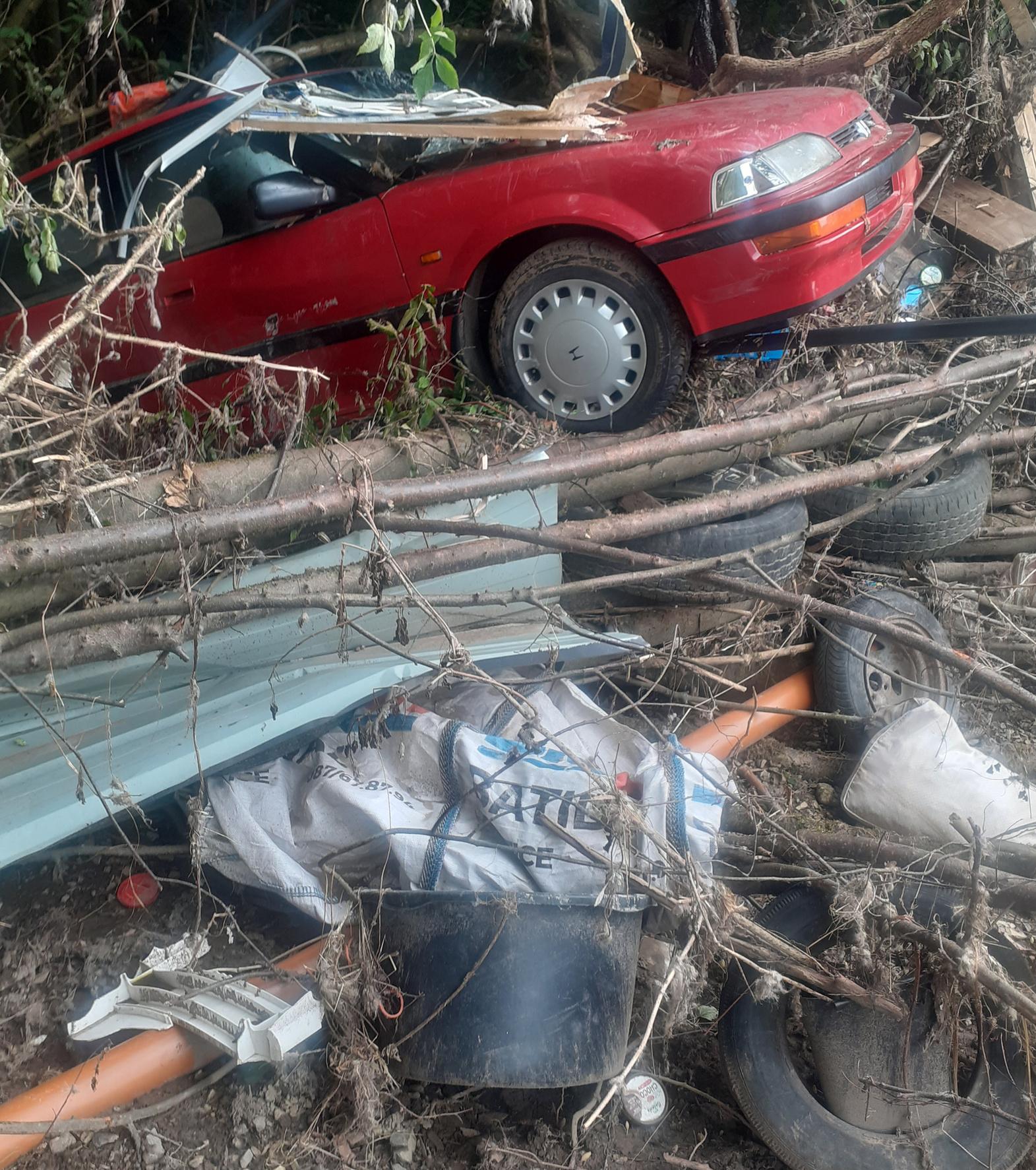 Goffontaine (fraction de Pepinster): carcasse de voiture projetée, sous la violence des inondations, dans un bois situé à plusieurs dizaines de mètres le long de la Vesdre !, DSS