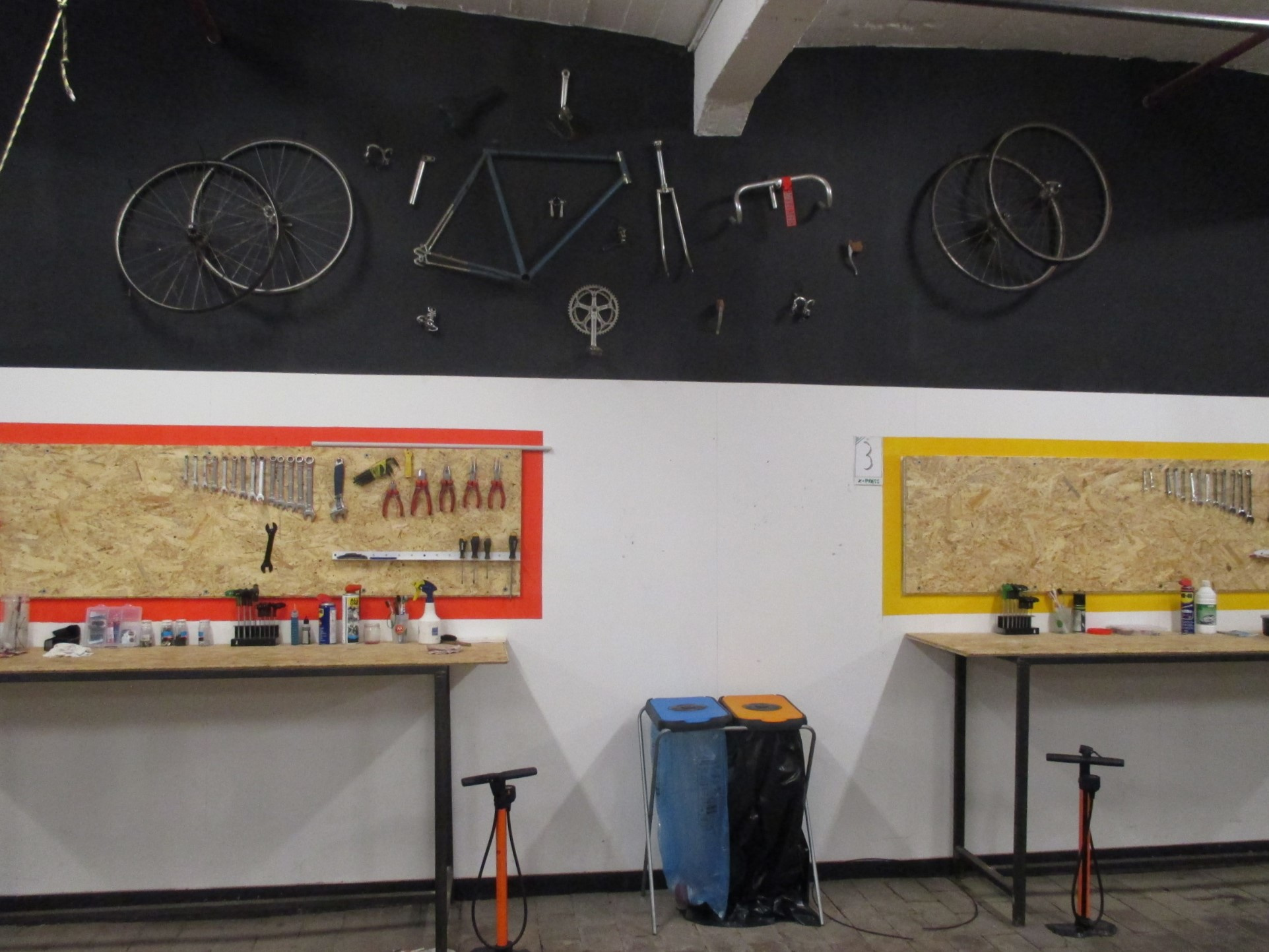 Dans l'Atelier Vélo, les mécaniciens en herbe peuvent réparer eux même leur bicyclette., Stagiaire Le Vif