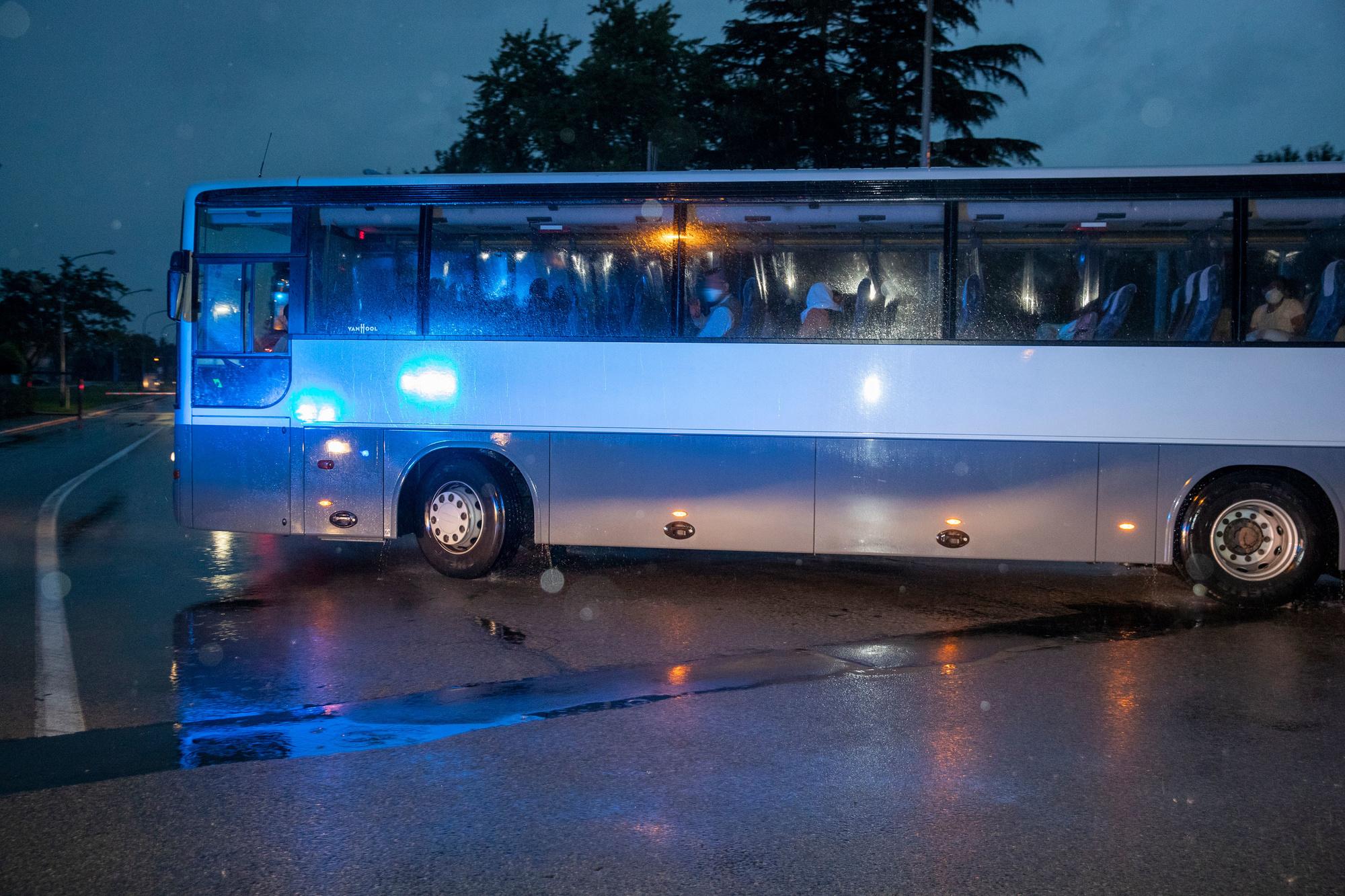 De bus met geëvacueerden die naar Peutie gebracht werden, Belga