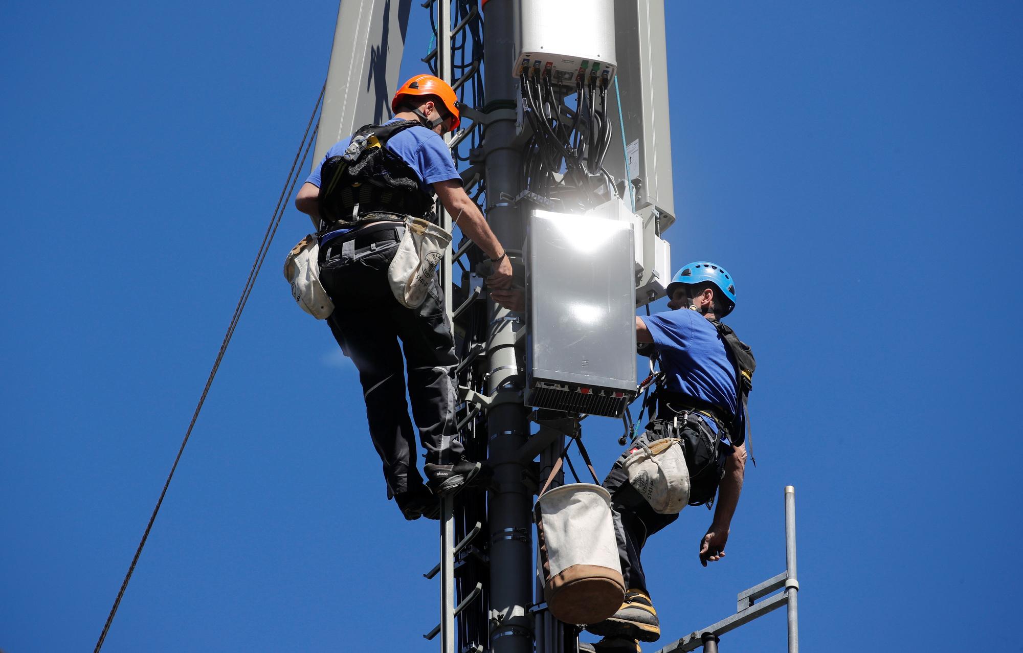 De installatie van een 5G-antenne van Swisscom in het Zwitserse Lenzerheide., Reuters