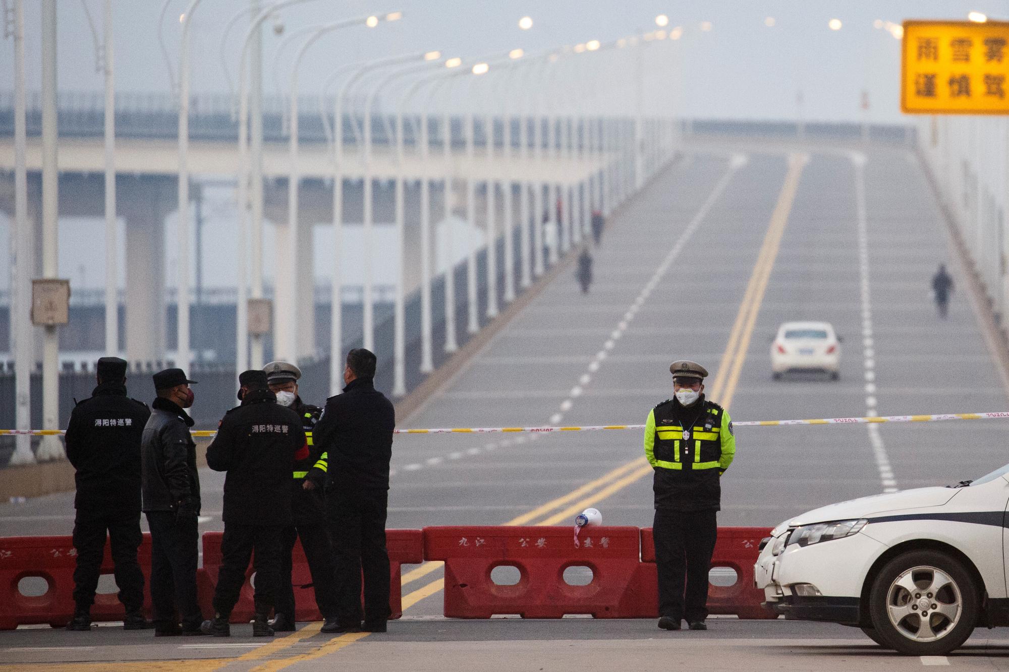 La police à un barrage sur un pont traversant le fleuve Yangtze vers la province de Hubei à Jiujiang, province de Jiangxi., REUTERS/Thomas Peter