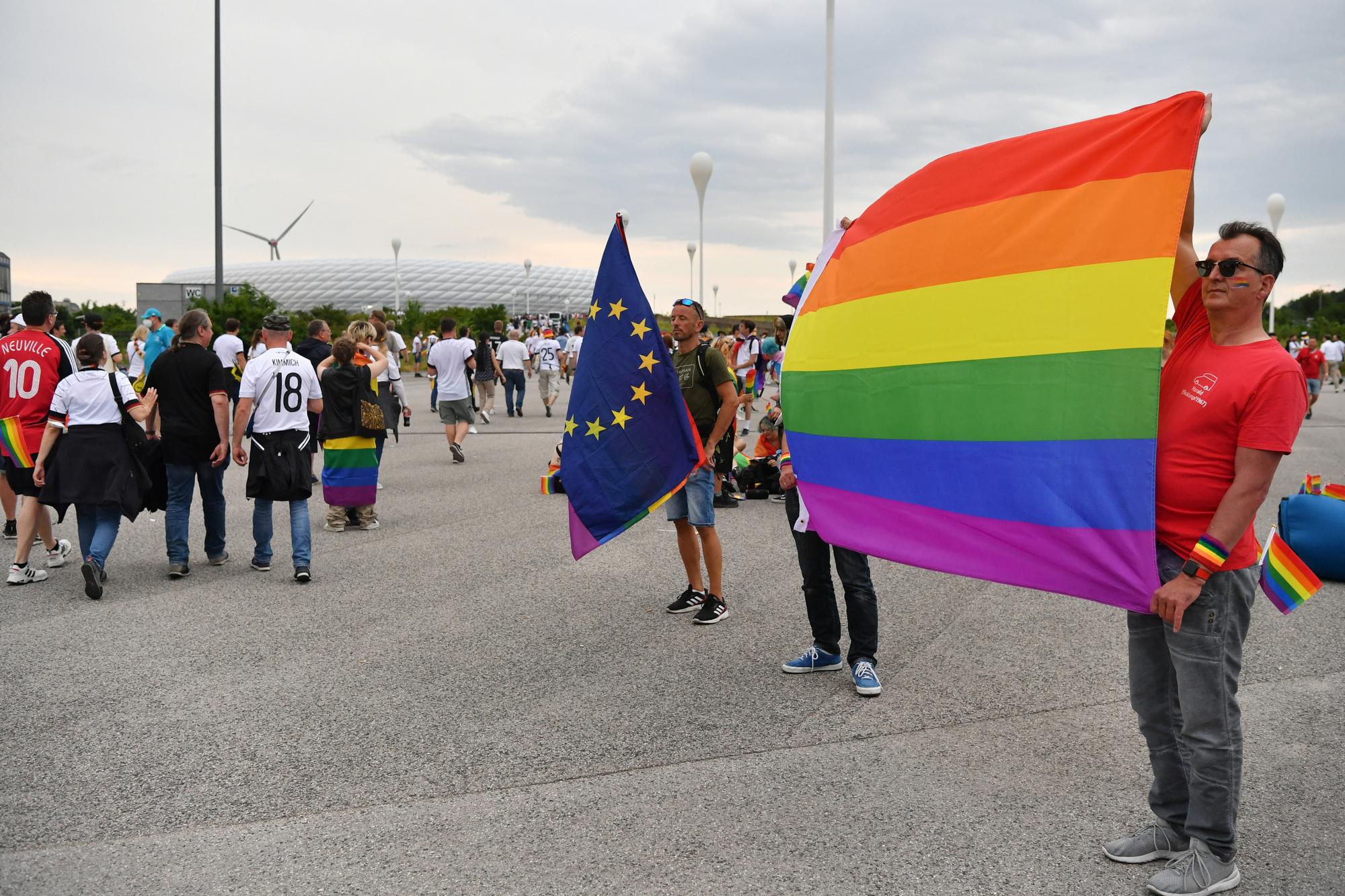 Des supporters de la cause LGBT devant le stade de Munich., BELGA