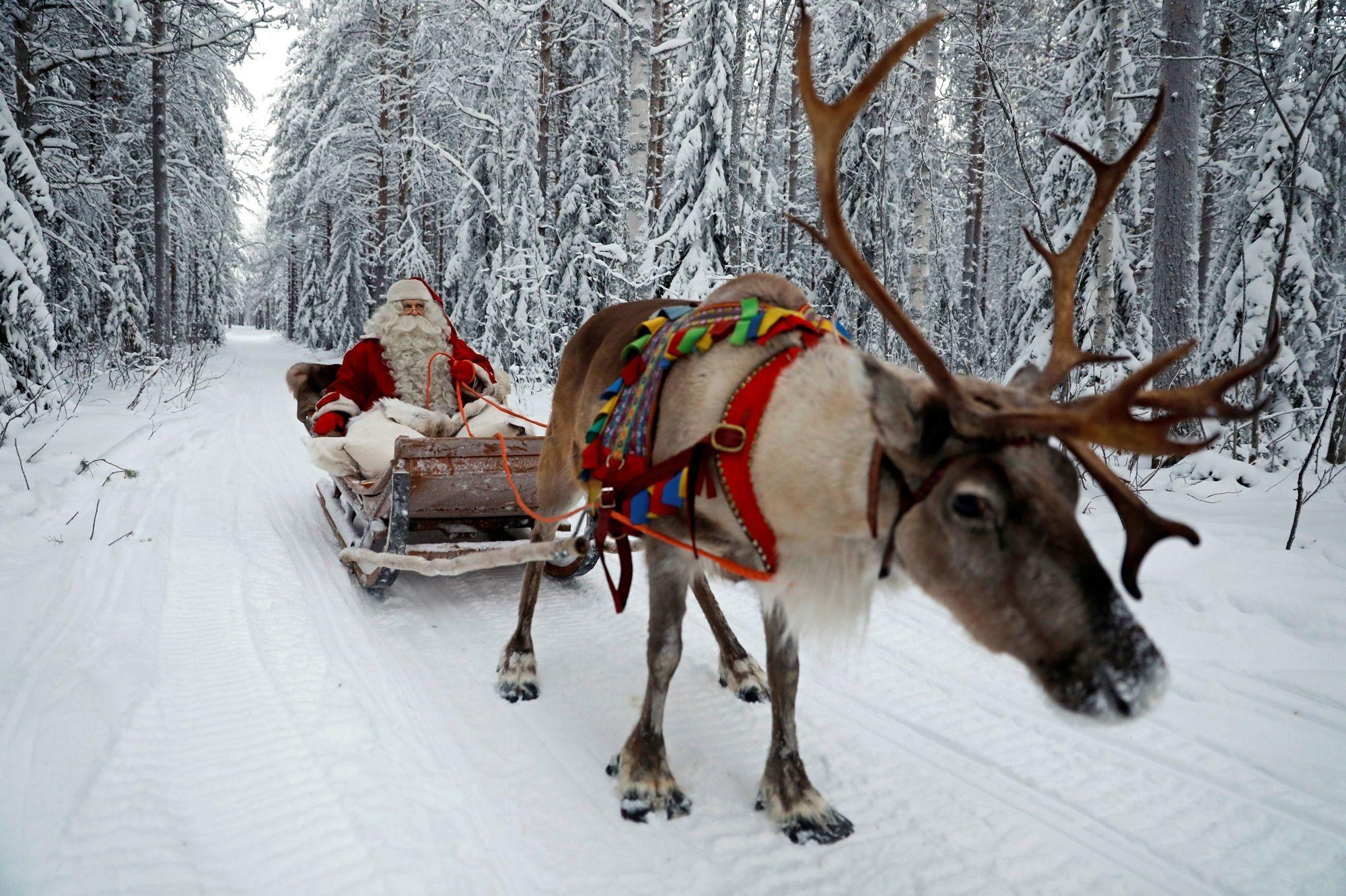 Le Père Noël pendant sa tournée. , Reuters