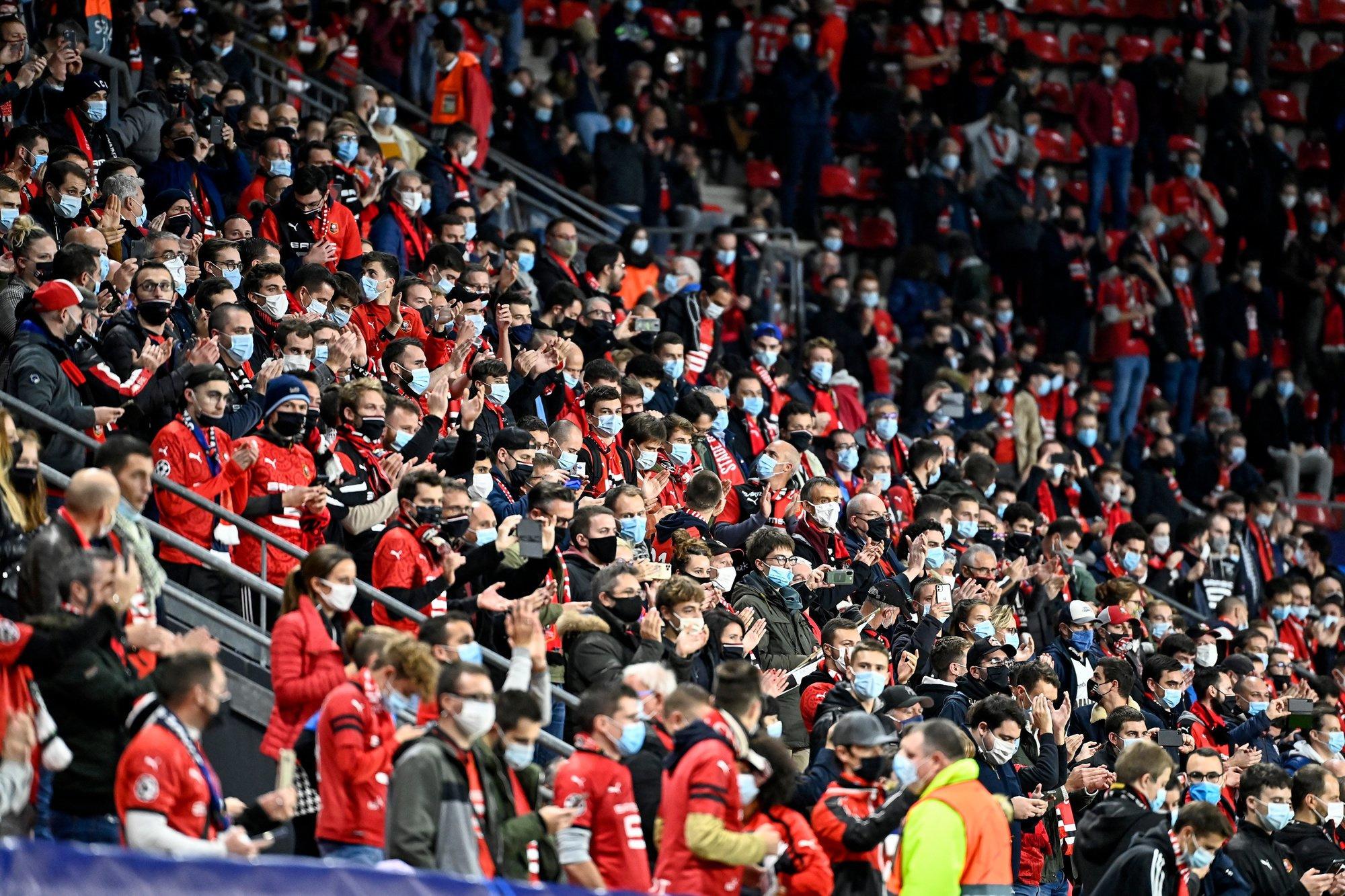 In Rennes zaten de supporters lekker dicht bij elkaar. Gelukkig nog met mondmasker, GETTY