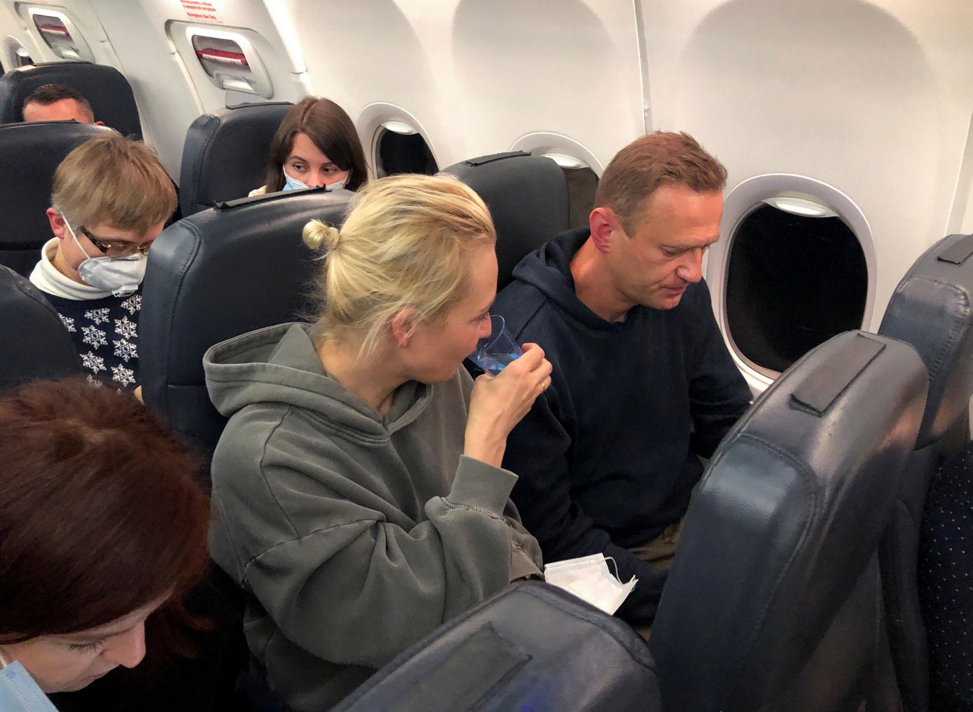 Navalny met echtgenote Yulia Navalnaya op de vlucht van Berlijn naar Moskou, Reuters