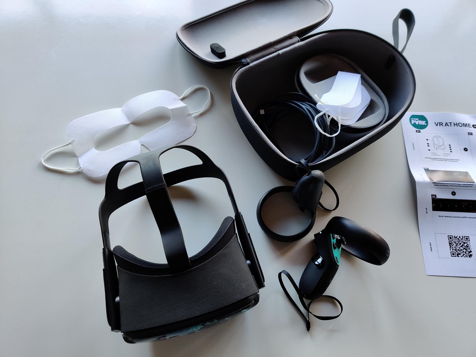 Het volledige pakket bestaat uit een headset, twee controllers, een oplaadkabel en twee gezichtsmaskers., PVL