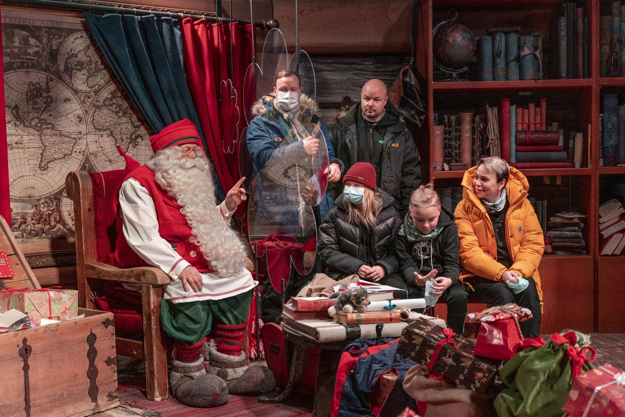 Derrière un écran de plexiglas, le Père Noël explique que 2020 restera pour lui et ses rennes une année noire., BELGAIMAGE