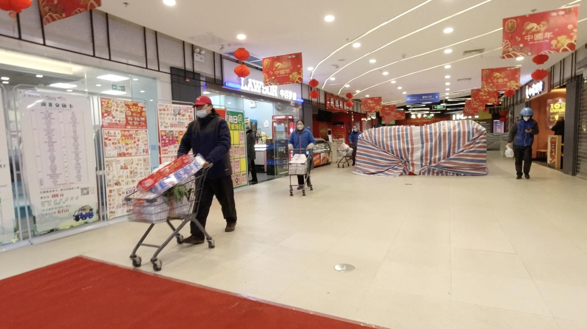 Vue d'ensemble à l'intérieur d'un centre commercial à Wuhan., Jovis and Marissa/via REUTERS