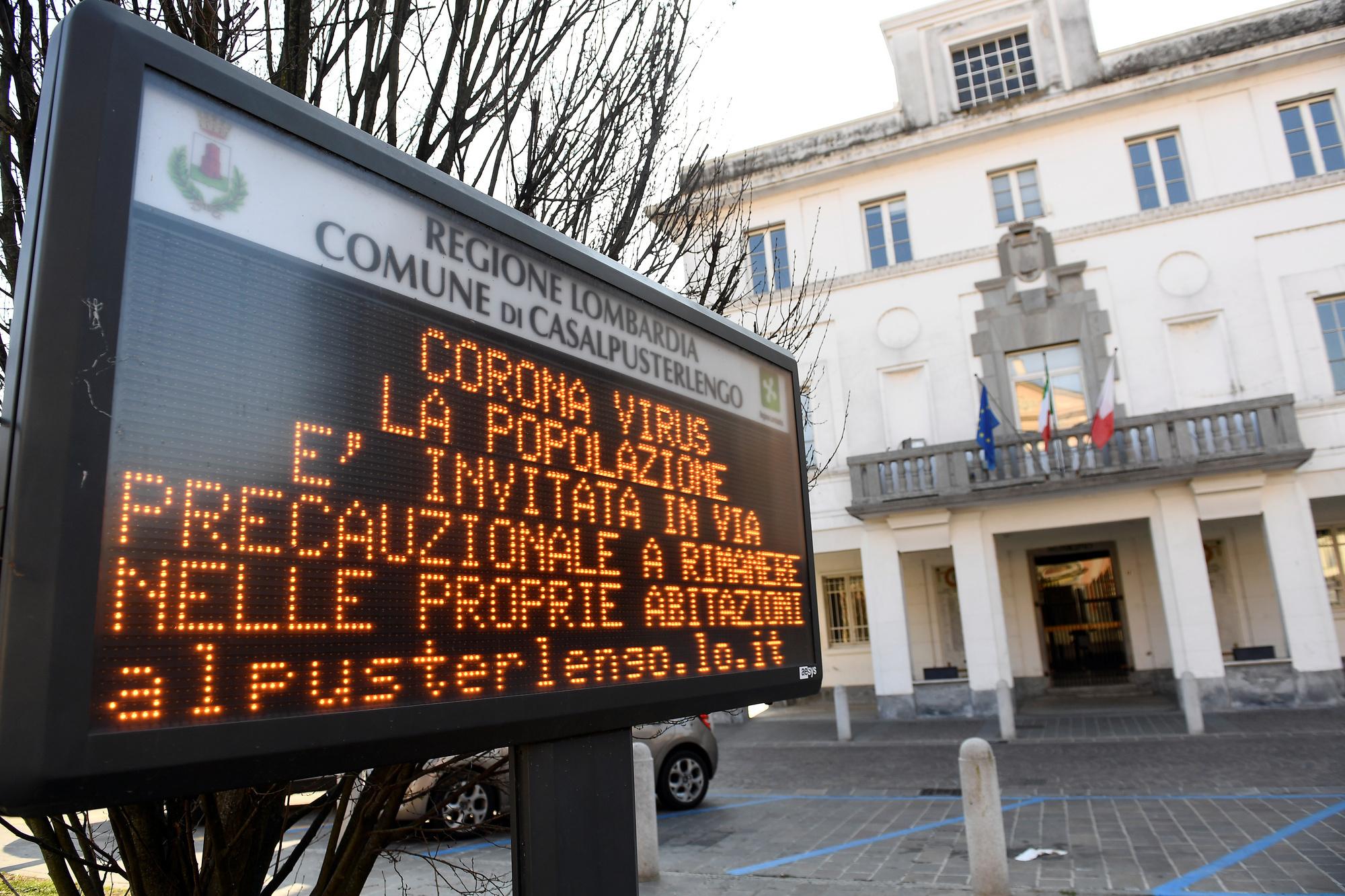 Un message à la population dans une des villes italiennes en confinement du Nord de l'Italie. , Reuters