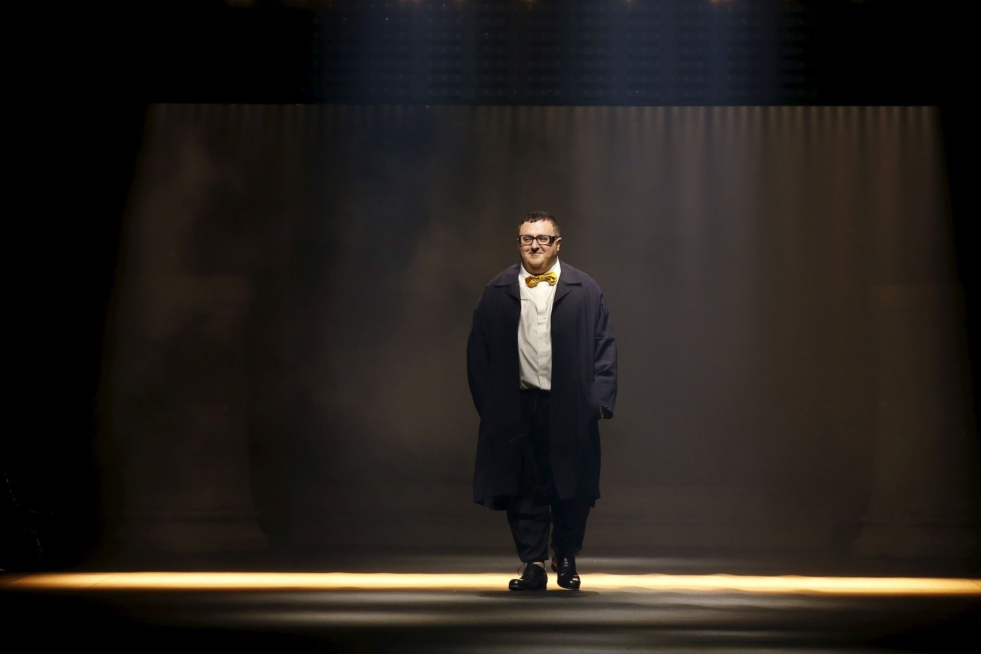 Israeli-American designer Alber Elbaz appears at the end of his Spring/Summer 2016 women's ready-to-wear fashion show for Lanvin in Paris, France, October 1, 2015. REUTERS/Benoit Tessier - RTS2NNM, REUTERS